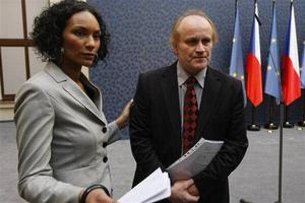 Lejla Abbasová a Michael Kocáb, ktorý chcel ako prvý český politik po odhalenej nevere odísť z vlády. Premiér Jan Fischer jeho demisiu neprijal.