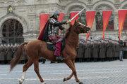 Ruskí vojaci a dobrovoľníci odetí v historických uniformách sa účastnia slávnostného vojenského pochodu pri príležitosti 76. výročia vojenskej prehliadky zo 7. novembra 1941 na Červenom námestí v centre Moskvy