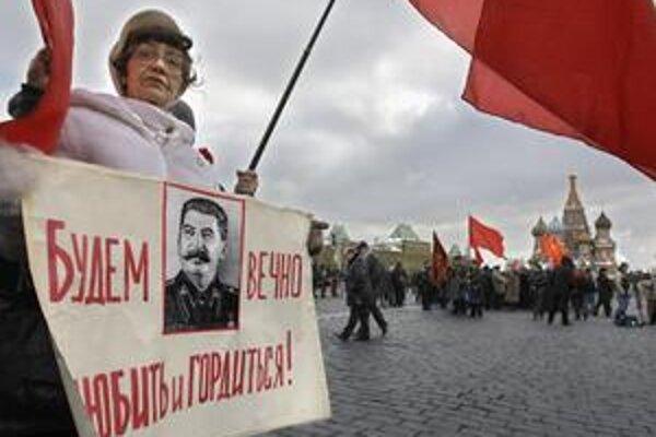 Portrét Stalina nesie v Moskve jeho komunistická zástankyňa.