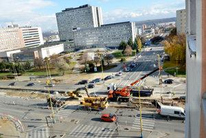 Križovatka pri novej nemocnici. Už aj na tomto úseku električkovej trate na Triede SNP sa začalo rekonštruovať.