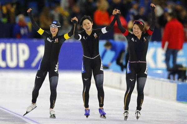 Nana Takagiová, Miho Takagiová a Ajano Satová oslavujú svoj triumf.