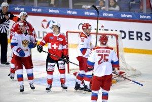 Ruskí hráči Sergej Kalinin, Vladimir Tkačjov a Michail Grigorenko sa tešia z gólu vo švajčiarskej sieti.