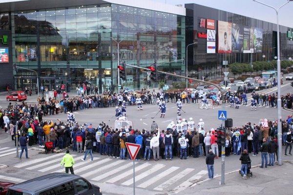 Hlavná križovatka sa na 15 minút zmenila na arénu pre hokejistov. Jedinečné.
