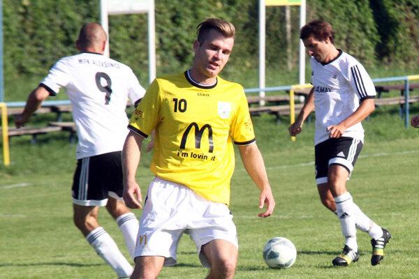 Útočník Lapáša Juraj Krkoška (v žltom) strelil v nedeľu tri góly a zdvojnásobil tak svoje jesenné strelecké konto.