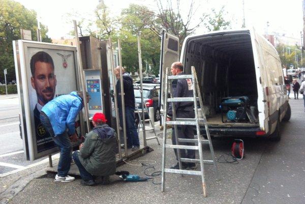 Demontáž bývalej telefónnej búdky na Námestí SNP.