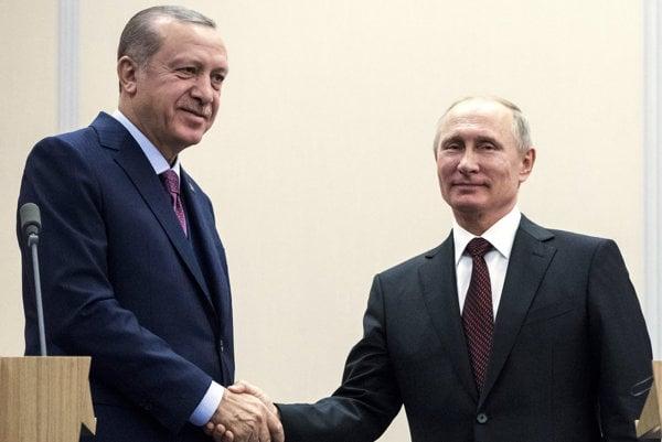 Ruský prezident Vladimir Putin (vpravo) s tureckým prezidentom Recepom Tayyipom Erdoganom.