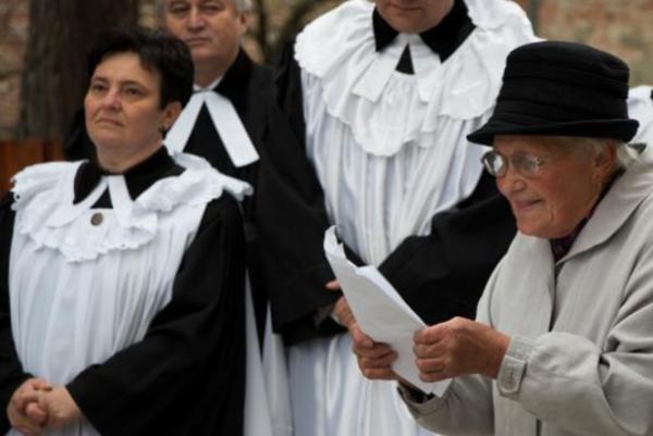 Báseň predniesla Anna Kráľová. Vľavo seniorka LOS Katarína Hudáková amikulášski evanjelickí farári Vladimír Ferenčík aMarián Bochnička. FOTO: (BEA)
