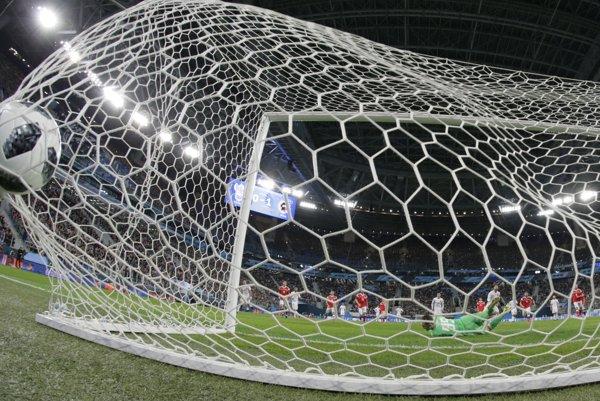 Ruský brankár Andrej Lenev zápas proti Španielsku nedohral.
