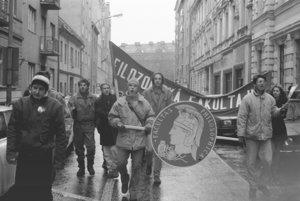 Dňa 27. novembra bol generálny štrajk a študenti v uliciach. Filozofická fakulta však štrajkovala už týždeň.