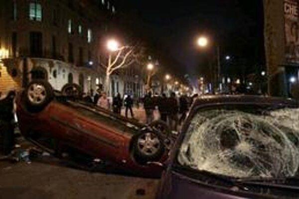 V Paríži sa zmenili protesty na pouličné násilnosti.