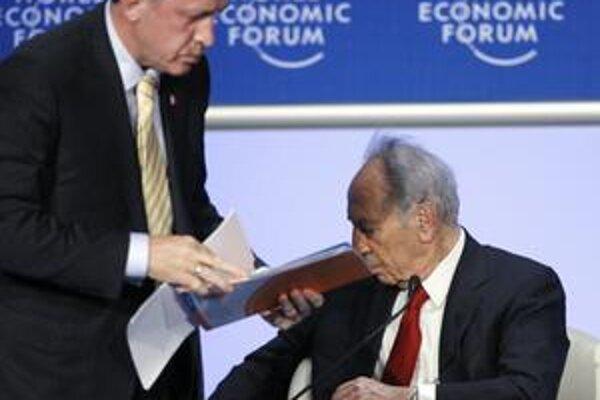 Zabíjate ľudí, odkázal Erdogan (vľavo) izraelskému prezidentovi Peresovi (vpravo) a odišiel. Doma ho vítali ako hrdinu.