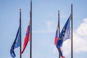Slovenská vlajka a vlajka Európskej únie