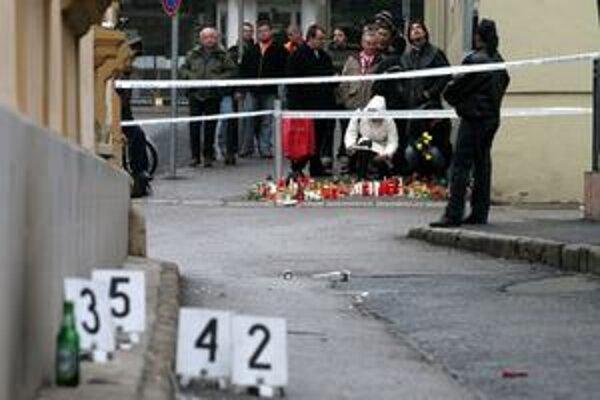 Sviečky pred nočným barom vo Veszpréme, kde na smrť dobodali  rumunského hádzanára Mariana Cozmu.