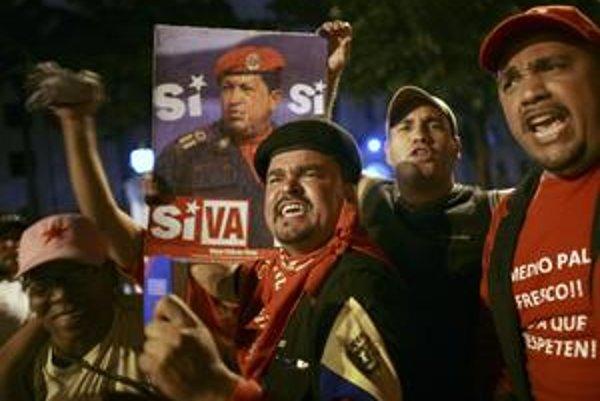 Chávezovi stúpenci oslavovali v Caracase jeho víťazstvo už pred oznámením oficiálnych výsledkov.