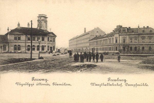 Historická fotografia budovy konskej železnice na rohu dnešnej Legionárskej a Krížnej ulice.
