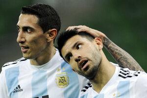 Sergio Agüero (vpravo) oslavuje svoj gól do siete Nigérie so spoluhráčom Ángelom di Maríom. Neskôr v tomto zápase Agüero počas polčasovej prestávky skolaboval.