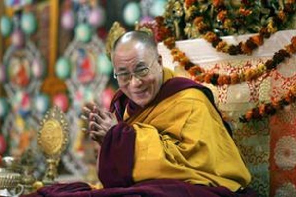Duchovný otec Tibeťanov dalajláma sa usmieva na novinárov po modlitbách v indickej Dharmsale 9. marca 2009, pri príležitosti 50. výročia vypuknutia ozbrojeného protičínskeho povstania.
