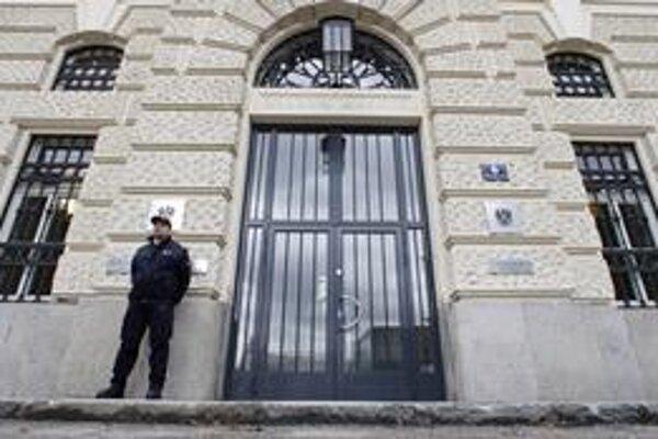 Budovu súdu v St. Pöltene obohnali policajné uzávery. Proces s Josefom Fritzlom je výnimočný. Žiaden iný súd v histórii Rakúska neprilákal do krajiny toľko zahraničných novinárov.