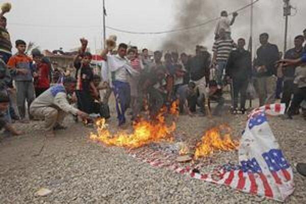 Prívrženci radikálneho duchovného Muktadu as-Sadra pália americkú vlajku.