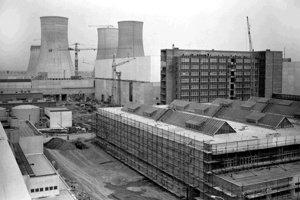 Z výstavby jadrovej elektrárne V 1 v Jaslovských Bohuniciach.  Na archívnej snímke z 25. novembra 1977 montážne práce počas výstavby jadrovej elektrárne V 1 v Jaslovských Bohuniciach.