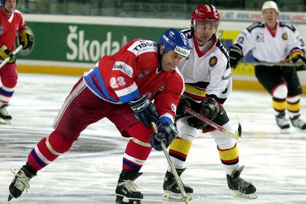 Za Iserlohn hral aj český hokejista Jaroslav Pouzar. Na fotografii uniká Reinerovi Patschinskému v exhibičnom stretnutí hokejových hviezd Československa a Nemecka 1. mája 2001 v Norimbergu.