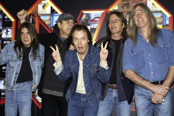 Zľava Malcolm Young, Brian Johnson, Angus Young, Phil Rudd a Cliff Williams.