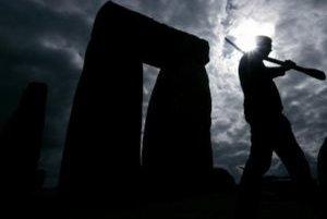 Študent archeológie kráča popred pohrebisko Stonehenge.