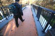 Nedokončený oranžový povrch chodníka.