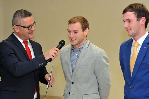 V rozhovore smoderátorom Zdenom Zubákom.  Zľava Tomáš Kravec (Rožkovany) aPavol Majerník (Nemcovce).