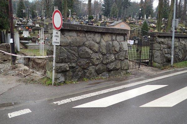Novú bránu stavajú od autobusového nástupišťa.