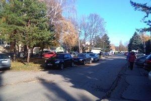 Autá odstavujú aj na chodníkoch.