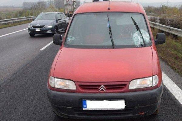 Opitý vodič narazil do prenosného dopravného značenia.