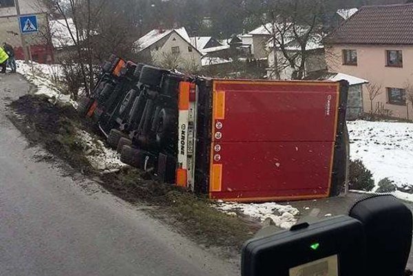 Prevrátený kamión budú vyťahovať vo večerných hodinách.
