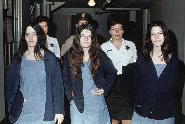 """Susan Atkins, Patricia Krenwinkel a Leslie Van Houten boli súčasťou """"Rodiny"""" Charlesa Mansona. Všetky tri boli obvinené z vraždy a Mansona bránili."""