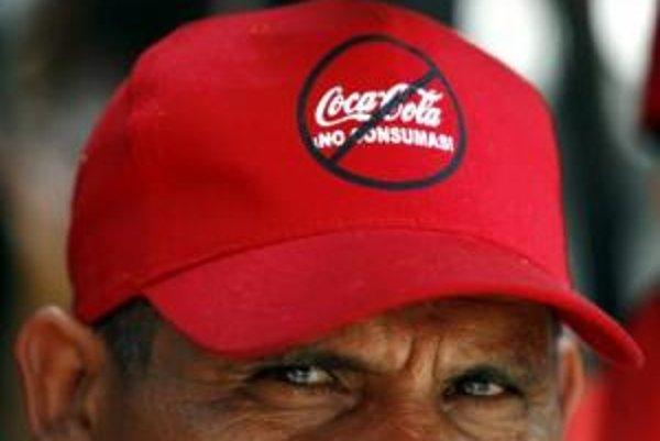 Bývalý zamestnanec Coca-Coly vo Venezuele vyzývajúci na bojkot firmy za to, že zamestnancom nevyplatila odškodné.