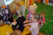 Pri špeciálnej UV lampe sa deti presvedčia, či techniku umývania rúk zvládli dobre.