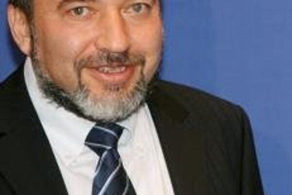 Lieberman kritizoval správu EÚ, ktorá prenikla do denníka Financial Times, s argumentom, že je nepravdepodobné, že Irán bude seriózne rokovať o svojom jadrovom programe a medzinárodné spoločenstvo dokáže urobiť iba málo, aby zabránilo Teheránu vo vývoji j