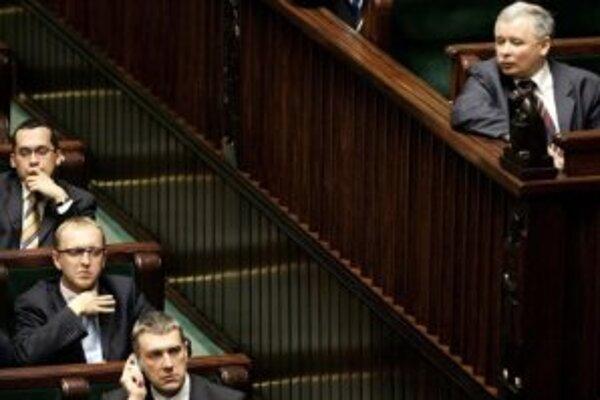 Predseda konzervatívnej poľskej strany Právo a Spravodlivosť Jaroslaw Kaczynski (vpravo).