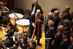 Výborne spieva aj hrá. Na snímke je M. Lukáč s orchestrom Musica Iuvenalis.