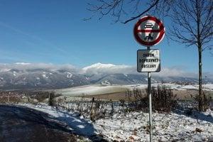 Na ceste z Hája pribudli značky zákaz vjazdu.