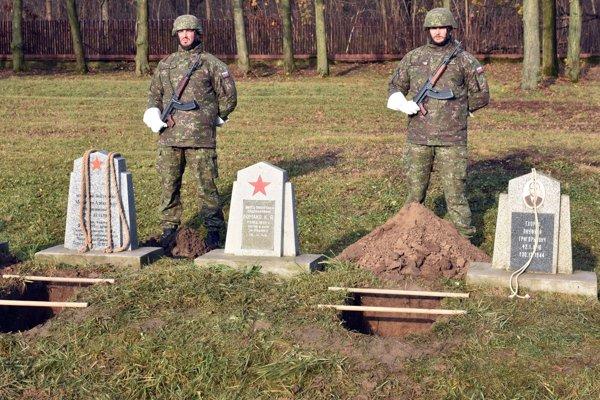 Na snímke pohreb telesných pozostatkov dvoch vojakov.
