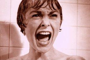 Momentka z kultového hororu Alfreda Hitchcocka Psycho.