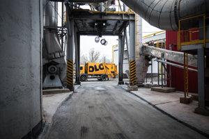 Nákladné autá OLO prinášajú zmesový komunálny odpad do spaľovne každý deň.