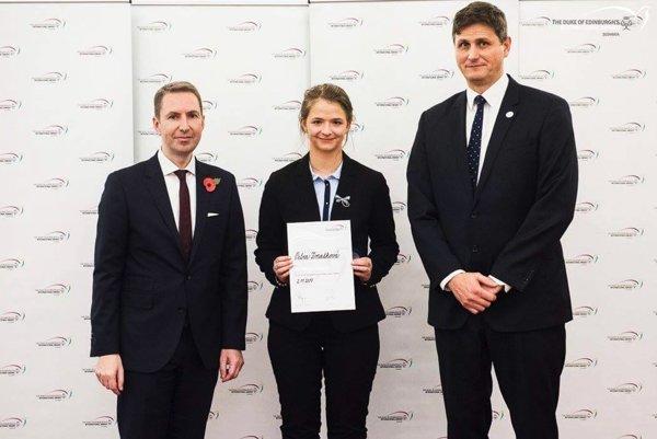 Petra Zmatková s britským veľvyslancom Andrewom Garthom a predsedom správnej rady Branislavom Kleskeňom.