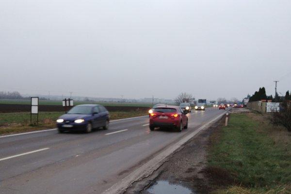 Doprava na hlavnej ceste Senec - Veľký Biel.