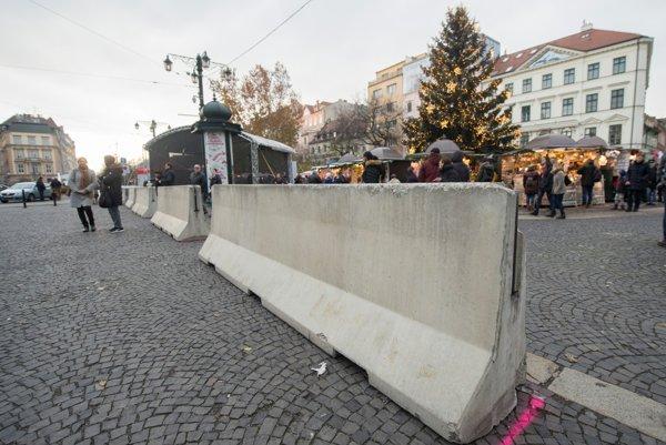 Železobetónové zábrany, ktoré majú zabrániť vjazdu vozidiel na verejné priestranstvo počas vianočných trov na Hviezdoslavovom námestí.