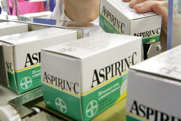 Výhodou aspirínu je jeho dostupnosť a nízka cena.