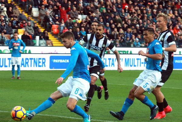 Futbalisti SSC Neapol sú aj po 14. kole talianskej Serie A na čele tabuľky.