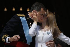 Španielsko má nového následníka trónuKráľovský pár na balkóne kráľovského paláca v Madride.
