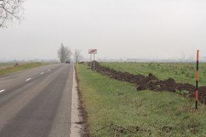 Cyklotrasa by mala viesť po pravej strane cesty.
